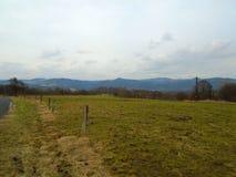 Νεφελώδης ημέρα στα βουνά και τους υψηλούς λόφους στην όμορφη χώρα στη μέση στην Ευρώπη, Δημοκρατία της Τσεχίας στοκ εικόνες