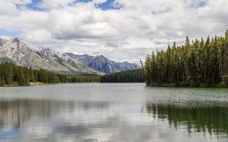 Νεφελώδης ημέρα στην επιφάνεια λιμνών Johnson - Banff Αλμπέρτα Στοκ εικόνα με δικαίωμα ελεύθερης χρήσης
