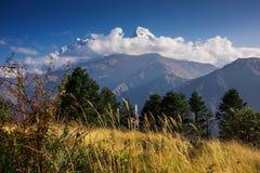 Νεφελώδης ημέρα της σειράς Annapurna από στον τρόπο στο Hill Poon, Νεπάλ Στοκ Φωτογραφίες