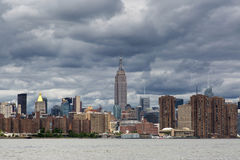 Νεφελώδης ημέρα του της περιφέρειας του κέντρου ορίζοντα του Μανχάταν, Νέα Υόρκη Ηνωμένες Πολιτείες Στοκ Εικόνα