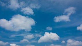 Νεφελώδης και ουρανός στο καλοκαίρι απόθεμα βίντεο