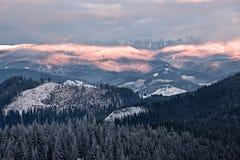 Νεφελώδης κοιλάδα βουνών Στοκ εικόνες με δικαίωμα ελεύθερης χρήσης