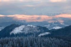 Νεφελώδης κοιλάδα βουνών Στοκ φωτογραφίες με δικαίωμα ελεύθερης χρήσης