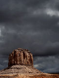 Νεφελώδης κοιλάδα μνημείων ουρανών Στοκ φωτογραφία με δικαίωμα ελεύθερης χρήσης