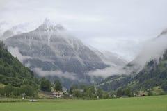 Νεφελώδης κοιλάδα Fusch κοντά σε ακαθάριστο Glockner, Αυστρία Στοκ εικόνες με δικαίωμα ελεύθερης χρήσης