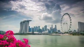 Νεφελώδης κόλπος μαρινών ημέρας της Σιγκαπούρης με τη ρόδα ferris απόθεμα βίντεο