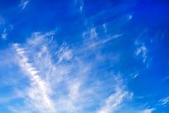 Νεφελώδης μπλε ουρανός βραδιού Στοκ Φωτογραφίες