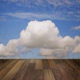 Νεφελώδης μπλε ουρανός και ένα ξύλινο πάτωμα Στοκ εικόνες με δικαίωμα ελεύθερης χρήσης