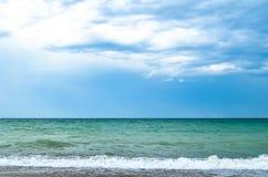 Νεφελώδης μπλε ουρανός και η θάλασσα Στοκ Εικόνες