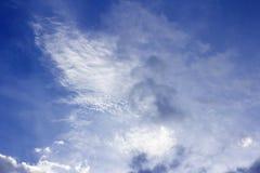 Νεφελώδης μπλε ουρανός, μορφή φαντασίας του σύννεφου Στοκ Εικόνα