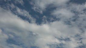 Νεφελώδης μπλε ουρανός χρονικού σφάλματος - υψηλός καθορισμός απόθεμα βίντεο
