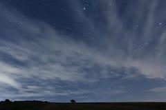 Νεφελώδης νυχτερινός ουρανός με τα αστέρια Υπόβαθρο νύχτας νυχτερινός ουρανός αστραπής απεικόνισης αφαίρεσης Στοκ Εικόνα