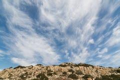Νεφελώδης ουρανός επάνω από το χαρακτηριστικό τοπίο της Κύπρου, περιοχή Ayia Napa Στοκ Φωτογραφίες