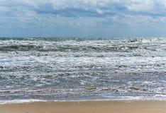 Νεφελώδης ουρανός και σπάζοντας κύματα Στοκ Φωτογραφία
