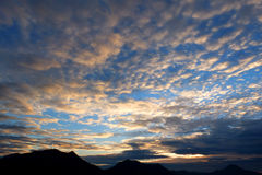 Νεφελώδης ουρανός με την ανατολή στοκ εικόνες