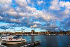 Νεφελώδης ουρανός πέρα από το λιμάνι Alghero στο ηλιοβασίλεμα Στοκ εικόνα με δικαίωμα ελεύθερης χρήσης