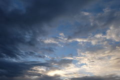 Νεφελώδης ουρανός το βράδυ Στοκ Φωτογραφία