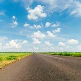 Νεφελώδης δρόμος ουρανού και ασφάλτου Στοκ Φωτογραφίες