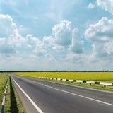 Νεφελώδης δρόμος ουρανού και ασφάλτου Στοκ φωτογραφία με δικαίωμα ελεύθερης χρήσης