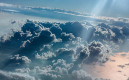 Νεφελώδης στο μπλε ουρανό από το αεροπλάνο Στοκ Φωτογραφίες