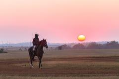 Νεόνυμφοι Jockeys αλόγων αγώνων που εκπαιδεύουν τη Dawn Στοκ φωτογραφία με δικαίωμα ελεύθερης χρήσης