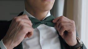 Νεόνυμφος αμοιβών, γαμήλια προετοιμασία, άτομο που διορθώνει το Bowtie του απόθεμα βίντεο