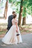 Νεόνυμφος και νύφη από κοινού αγκάλιασμα ζευγών ευτυχής εκλεκτής ποιότητας γάμος ημέρας ζευγών ιματισμού Όμορφη νύφη και κομψός ν Στοκ Εικόνες