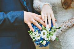 Νεόνυμφος και νύφη από κοινού γάμος δεσμών κοσμήματος κρυστάλλου λαιμοδετών ζευγών Στοκ εικόνες με δικαίωμα ελεύθερης χρήσης