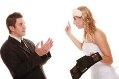 Νεόνυμφος και νύφη ζεύγους με το κενό πορτοφόλι, σύγκρουση Στοκ Εικόνες