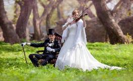 Νεόνυμφος και νύφη με το βιολί στοκ φωτογραφίες με δικαίωμα ελεύθερης χρήσης