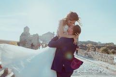 Νεόνυμφος και νύφη που έχουν τη διασκέδαση Στοκ Φωτογραφίες