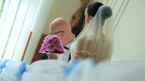 Νεόνυμφος και νύφη που περπατούν κάτω από τα σκαλοπάτια φιλμ μικρού μήκους