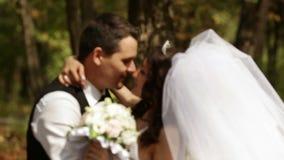 Νεόνυμφος και νύφη που σταματούν και περιστροφή απόθεμα βίντεο