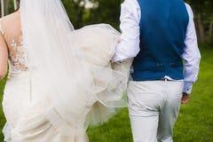 Νεόνυμφος και νύφη που τρέχουν μακριά στοκ εικόνα