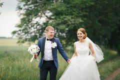 Νεόνυμφος και νύφη σε έναν περίπατο Στοκ εικόνες με δικαίωμα ελεύθερης χρήσης