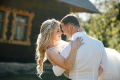 Νεόνυμφος και νύφη σε έναν περίπατο Στοκ Εικόνες