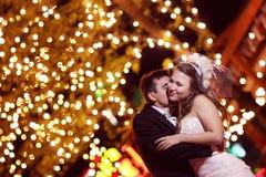 Νεόνυμφος και νύφη τη νύχτα στοκ φωτογραφία