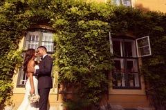 Νεόνυμφος και νύφη υπαίθρια στη ημέρα γάμου τους Στοκ φωτογραφία με δικαίωμα ελεύθερης χρήσης