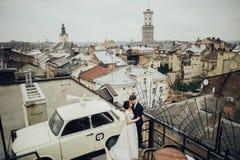Νεόνυμφος με την τοποθέτηση νυφών υπαίθρια στη ημέρα γάμου στοκ φωτογραφίες με δικαίωμα ελεύθερης χρήσης