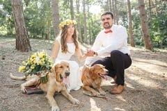 Νεόνυμφος με τη νύφη και το σκυλί Στοκ Εικόνες
