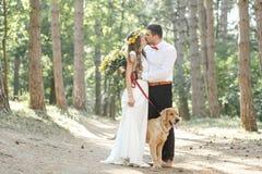 Νεόνυμφος με τη νύφη και το σκυλί Στοκ Φωτογραφία