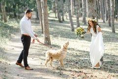 Νεόνυμφος με τη νύφη και το σκυλί Στοκ φωτογραφία με δικαίωμα ελεύθερης χρήσης