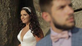 Νεόνυμφος με τη νύφη κοντά στους λόφους βουνών γάμος δεσμών κοσμήματος κρυστάλλου λαιμοδετών ζευγών Ευτυχής οικογένεια ερωτευμένη φιλμ μικρού μήκους