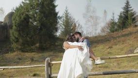 Νεόνυμφος με τη νύφη στο πάρκο γάμος δεσμών κοσμήματος κρυστάλλου λαιμοδετών ζευγών Ευτυχής οικογένεια ερωτευμένη απόθεμα βίντεο