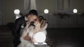 Νεόνυμφος με τη νύφη το κρύο βράδυ σε μια γέφυρα που καλύπτεται με πολλά φανάρια Φθινόπωρο απόθεμα βίντεο