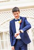 Νεόνυμφος με το ρολόι Στοκ φωτογραφία με δικαίωμα ελεύθερης χρήσης
