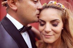 νεόνυμφος νυφών το φίλημά τ&omicro Στοκ φωτογραφίες με δικαίωμα ελεύθερης χρήσης