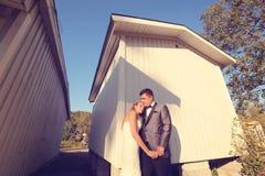 νεόνυμφος νυφών υπαίθριο&sig Στοκ φωτογραφία με δικαίωμα ελεύθερης χρήσης