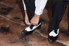 Νεόνυμφος που δένει τα παπούτσια του Στοκ φωτογραφία με δικαίωμα ελεύθερης χρήσης