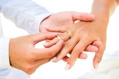 Νεόνυμφος που δίνει ένα δαχτυλίδι αρραβώνων στη νύφη του κάτω από το deco αψίδων Στοκ φωτογραφίες με δικαίωμα ελεύθερης χρήσης